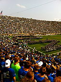 De Band of the Fighting Irish beschrijft ND waardoor het Notre Dame Fighting Irish Football Team het veld op rent