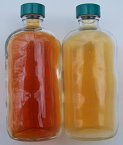 NO2 (vlevo) a N2O4 (vpravo)