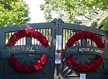 I cancelli principali del ranch addobbati alla morte di Michael Jackson nel 2009