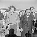 Nieuw aangekomen emigranten (oliem) - grootmoeder en kleindochter - in het doorg, Bestanddeelnr 255-1169.jpg