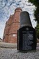 Obelisk poświęcony latarnikom latarni morskiej Ustka.jpg