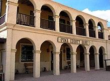 Photographie des studios Old Tucson, on y voit un bâtiment avec un vaste balcon au premier et dernier étage, et le rez-de-chaussée est marqué par un couloir
