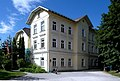 Pörtschach Kirchplatz 6 Volksschule Musikschule NO-Ansicht 11062006 2741.jpg