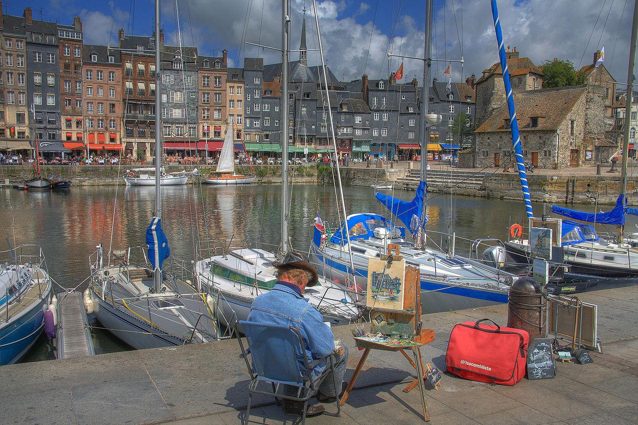 Un peintre sur le port de Honfleur en Normandie (France).  (définition réelle 3888×2592)