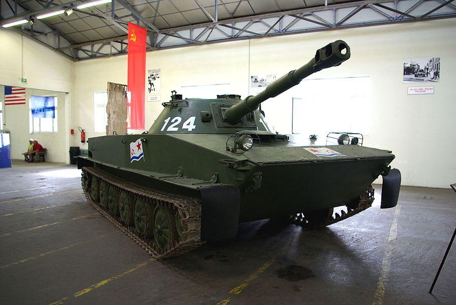 Char soviétique PT-76 exposé au Musée des Blindés de Saumur.
