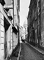 Parijs. Straatbeeld in Montmartre met de koepel van de basiliek Sacré Coeur op d, Bestanddeelnr 252-0145.jpg
