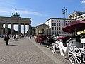 Pferdedroschken am Brandenburger Tor - panoramio.jpg