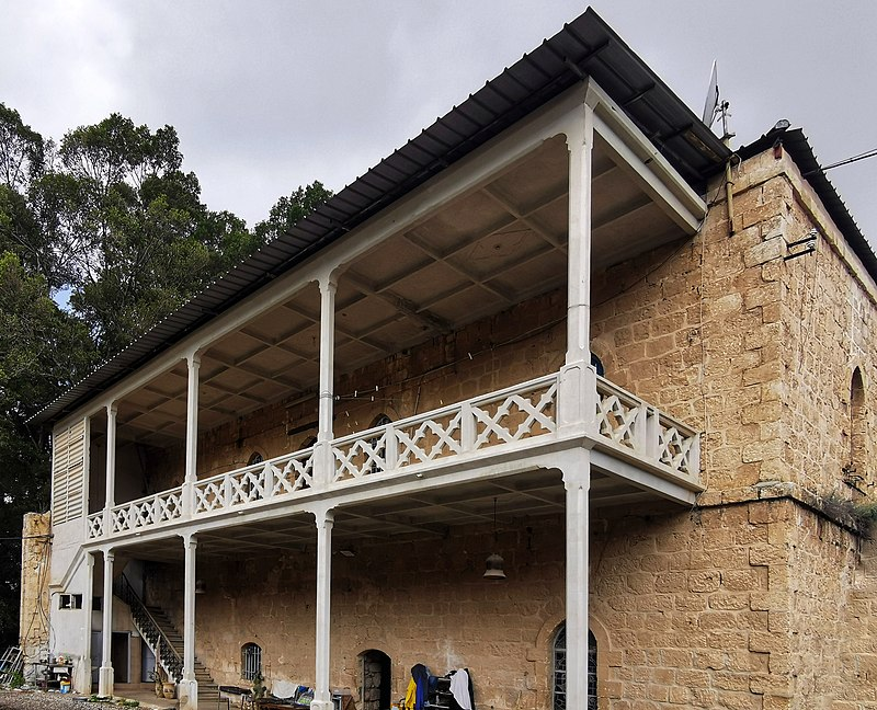 בחצר מנזר לטרון