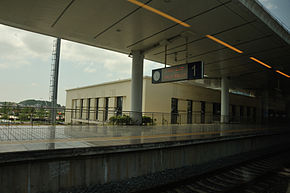 Platform of Shenfang Railway Station 01, 2014-06.jpg