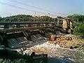 Ponte sobre o Rio Tietê e comporta de usina hidrelétrica em Salto - panoramio - Amauri Aparecido Zar….jpg