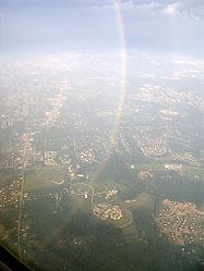 Una porzione di un arcobaleno di 360 gradi, vista da un aereo