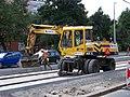 Průběžná, rekonstrukce TT, zastávka Na Hroudě, nakladač (02).jpg