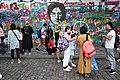 Praha-turisté-u-Lennonovy-zdi2019o.jpg