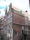 foto van Hoekhuis met klokgevel en op balkkoppen overgebouwde zijgevel