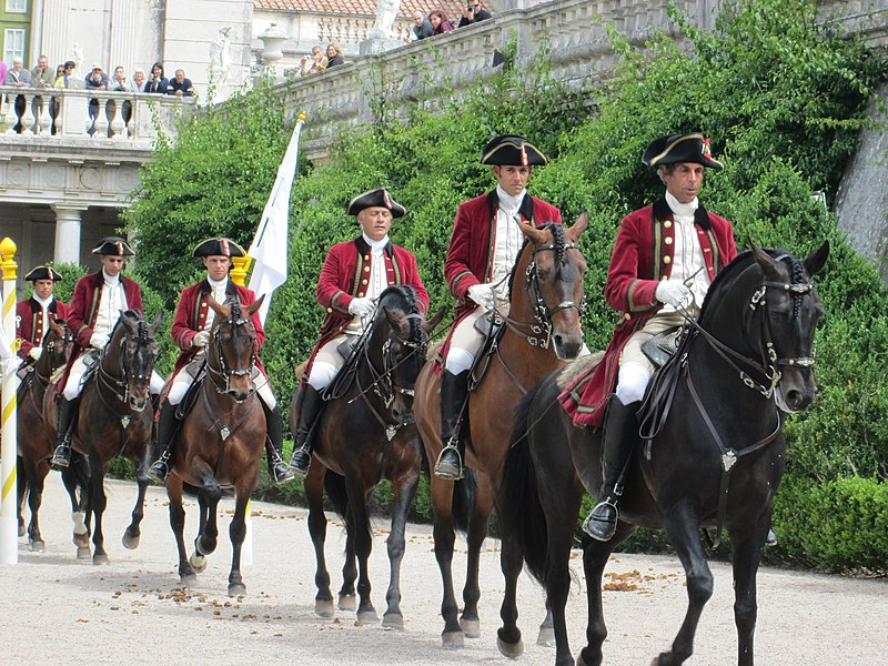 File:Queluz Palace horses approach (9180978620).jpg