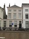 foto van Pand met gepleisterde lijstgevel en lage bovenverdieping