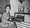 Ratna Ruthinah with gramophone, Film Varia 1.6 (May 1954), p5.jpg