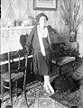 Retrat d'una dona al costat d'un piano (AFCEC RIBASV C 2539).jpeg