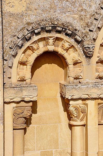 Beakheads sur une arcature de l'église Saint-Ouen de Rots