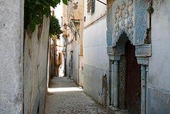 Une ruelle étroite avec sa fontaine typique de la Casbah. (wikipedia)