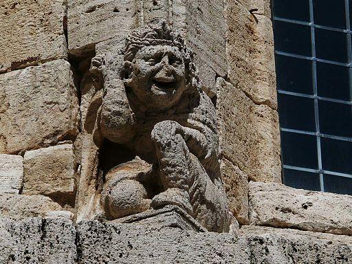 Atlant in de voorgevel van de Collegiata, San Quirico d'Orcia