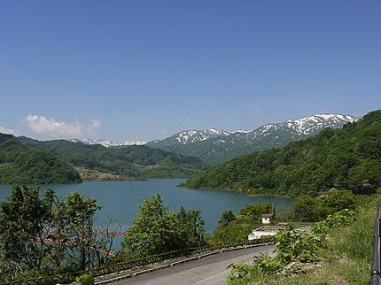 寒河江ダムのダム湖の月山湖。