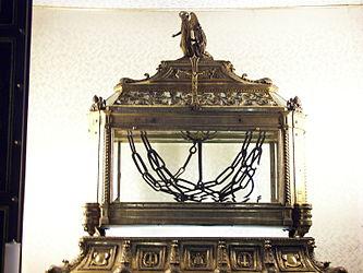 San Pietro in Vincoli chains.jpg