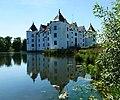 Schloss Glücksburg nah am Wasser.jpg