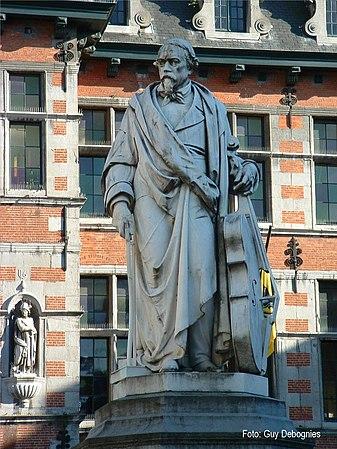 Statuo de la ĉelisto Adrien Servais.