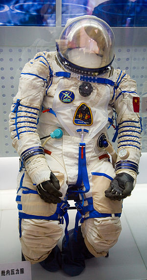 Shenzhou 5 - Image: Shenzhou 5 Chinese Spacesuit on Display