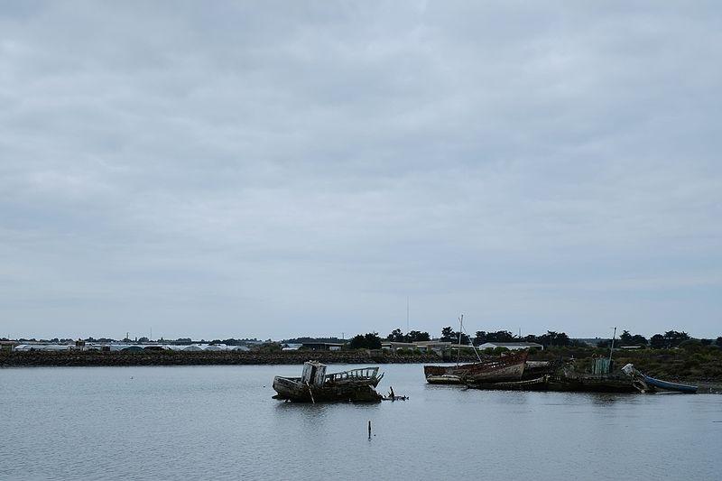 File:Shipwrecks in Noirmoutier (19816840853).jpg