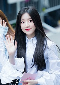 Shuhua on the way to Music Bank at May 11, 2018.jpg