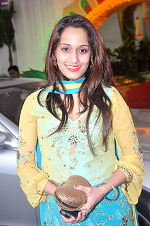 Shweta Pandit at Esha Deol's wedding at ISCKON temple 22.jpg