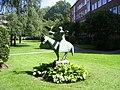 Skulptur in der Grünanlage Schürbeker Straße in Hamburg-Uhlenhorst.jpg