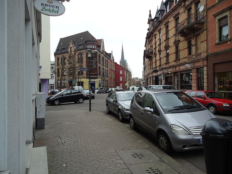 File:Straßenszene im Nauwieser Viertel.JPG