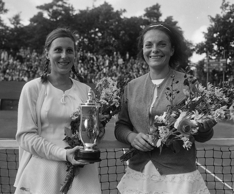 Tennis te Hilversum, dames enkelspel links mejuffrouw F. Durr (Frankrijk) met be, Bestanddeelnr 917-9965