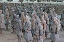 Photographie d'une armée de soldats en terre cuite.