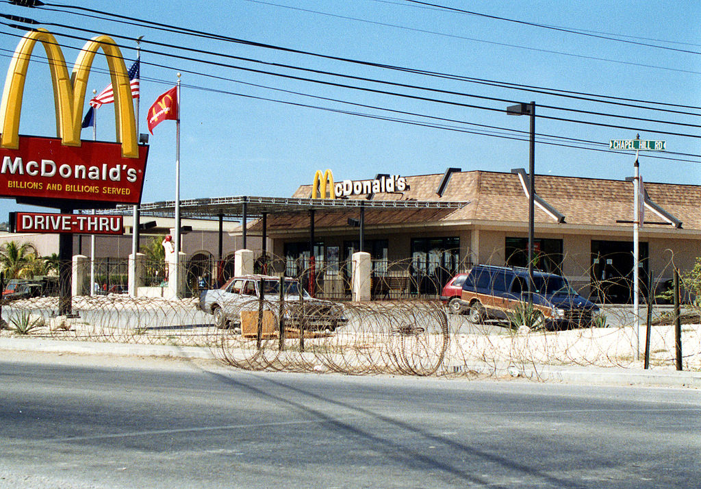 Fastfood-Filiale im Stützpunkt | Bildquelle: https://commons.wikimedia.org/wiki/File:The_McDonalds_at_Guantanamo.jpg © United States Navy, Public domain, via Wikimedia Commons | Bilder sind in der Regel urheberrechtlich geschützt