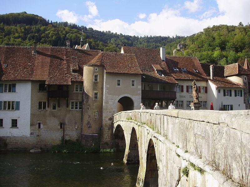 File:Tor mit Brücke und Städtchen.JPG
