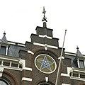 Trapgevel met vrijmetselaarssymbolen in rondvenster- de passer en winkelhaak - Nijmegen - 20388759 - RCE.jpg