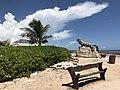 Vista lateral de estatua de iguana en la punta sur de Isla Mujeres, Quintana Roo, México.jpg