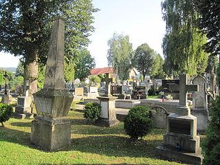 Dva náhrobky a kříž