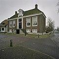 Voorgevel van het voormalig Raadhuis met bordestrap. In de dakkapel, boven omlijste ingang, zit een inscriptie - Hoogwoud - 20405639 - RCE.jpg