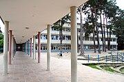 Waldgrundschule Saeulengang.JPG