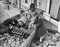 Watersnood 1953. Zierikzee. Kinderen met stenen, Bestanddeelnr 905-5706.jpg