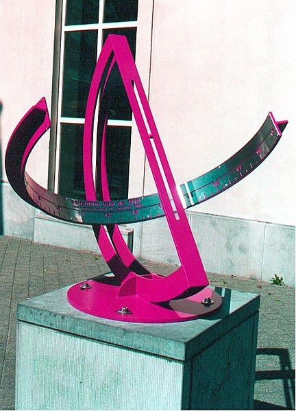 Spherical equitorial sundial, located nearby the city museum of Hasselt. On September 10, a small ball, welded into the slot casts a shadow on the centre of the hour band. On that date in 2000 there was a museum open day on the theme of time. The location is accurate +/- 20m.