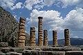 Οι κολόνες του ναού του Απόλλωνα στους Δελφούς.jpg