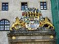 Герб над входом в замок Хартенфельс - panoramio.jpg