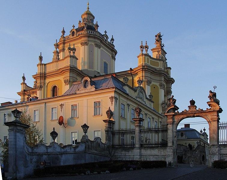 Собор святого Юра з брамою (автор фото Vanbalk, вільна ліцензія cc by-sa 4.0)