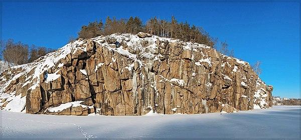 Скеля «Голова Чацького» (праворуч), © Павло Мокрицький, CC-BY-SA 3.0